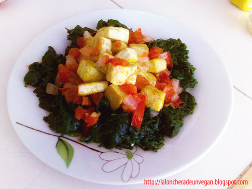 Tofu con espinacas y sal negra