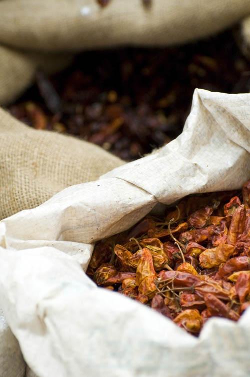 Chiles secos en un mercado mexicano - Gastronomía Mexicana Vegana: ingredientes, procesos, sabores, recetas, etc.
