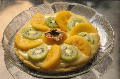Tarta de caqui y kiwi sobre crema pastelera