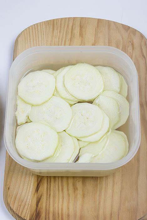 Calabacín en remojo para tortilla de patatas
