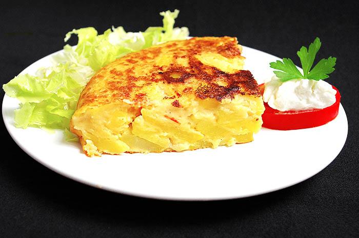 Tortilla vegana con mucha patata y tomate