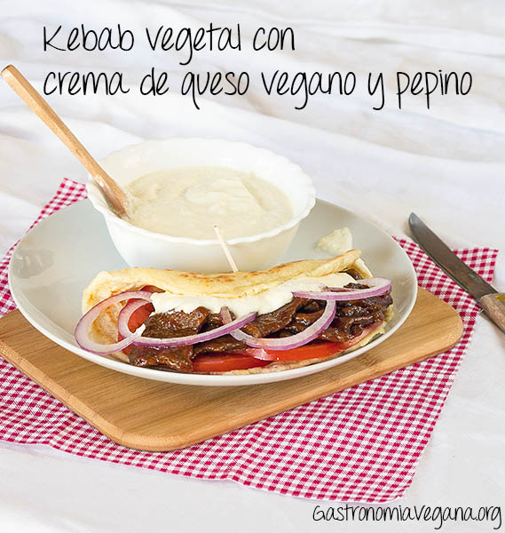 Kebab vegetal con crema de queso vegano y pepino