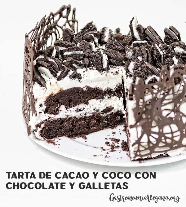 Tarta de cacao y coco con chocolate y galletas