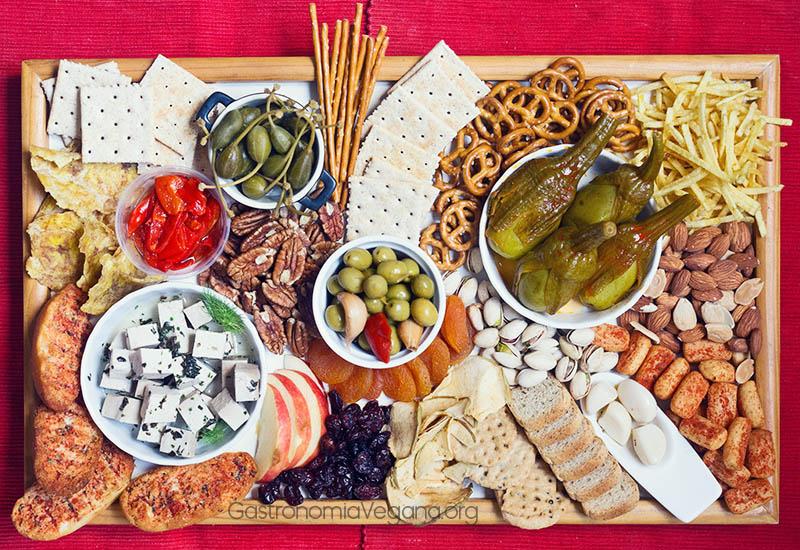 Tabla de encurtidos vegetales con frutos secos - GastronomiaVegana.org