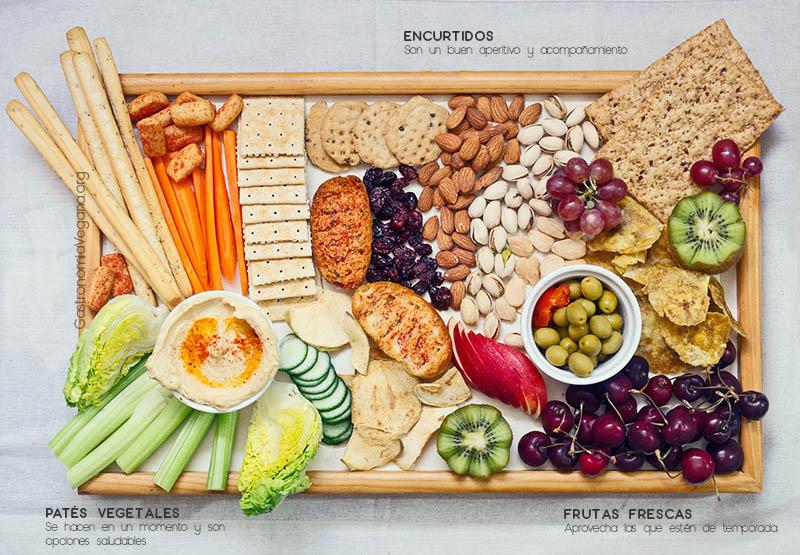 Tabla de paté vegetal con verduras, frutas, frutos secos y encurtidos - GastronomiaVegana.org
