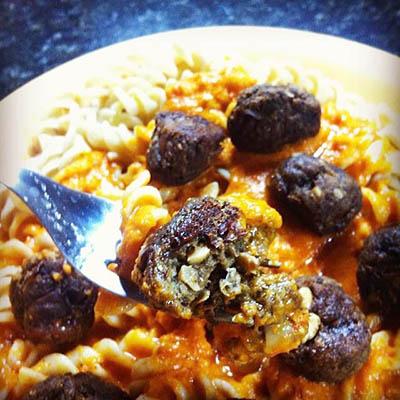 Pasta con salsa de tomate casera y mi versión vegana de albóndigas de champiñones, cebolla caramelizada, porotos colorados y semillas de girasol.