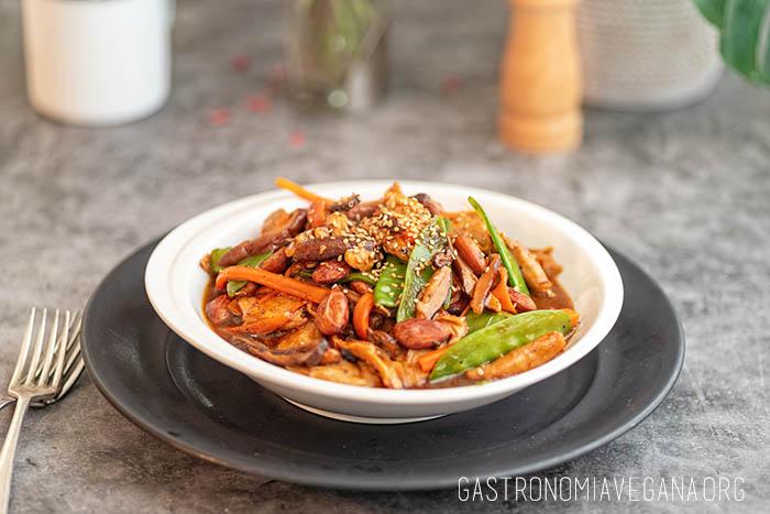 Falso pollo con almendras y verduras - Gastronomía Vegana